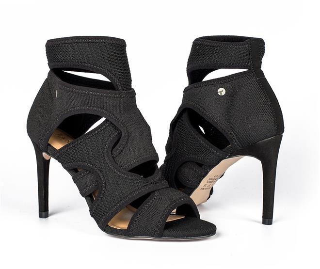 7b9d45de7 ... Summer boot Tanara em malha com recortes preta. Página Inicial. Cores